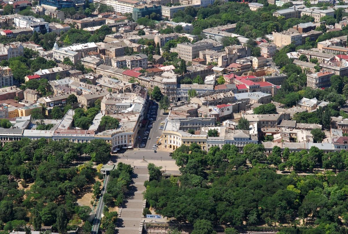 Сердце Одессы - Приморский бульвар, вниз уходит Потемкинская лестница ведущая к морскому порту, сверху примыкают одни из самых живописных улиц Одессы