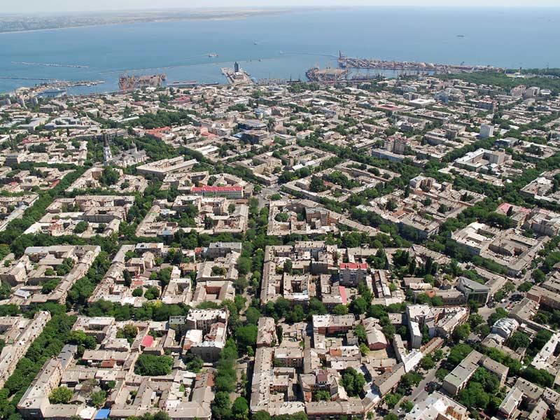 А так Одесса выглядит с высоты птичьего полета: ровные коробочки кварталов, утопающие в зелени, окаймлены небесно синим морем