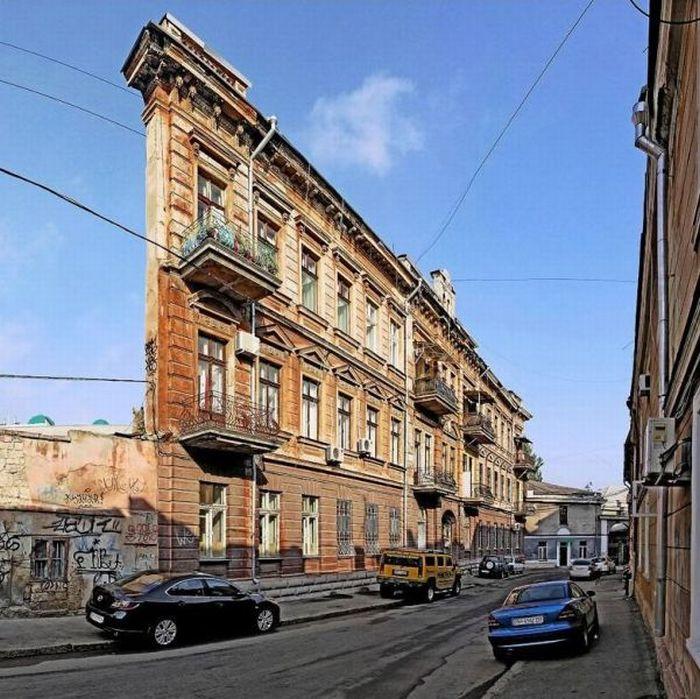 Улицы Одессы необычайно разнообразны: с архитектурными шедеврами, как этот дом с одной стеной