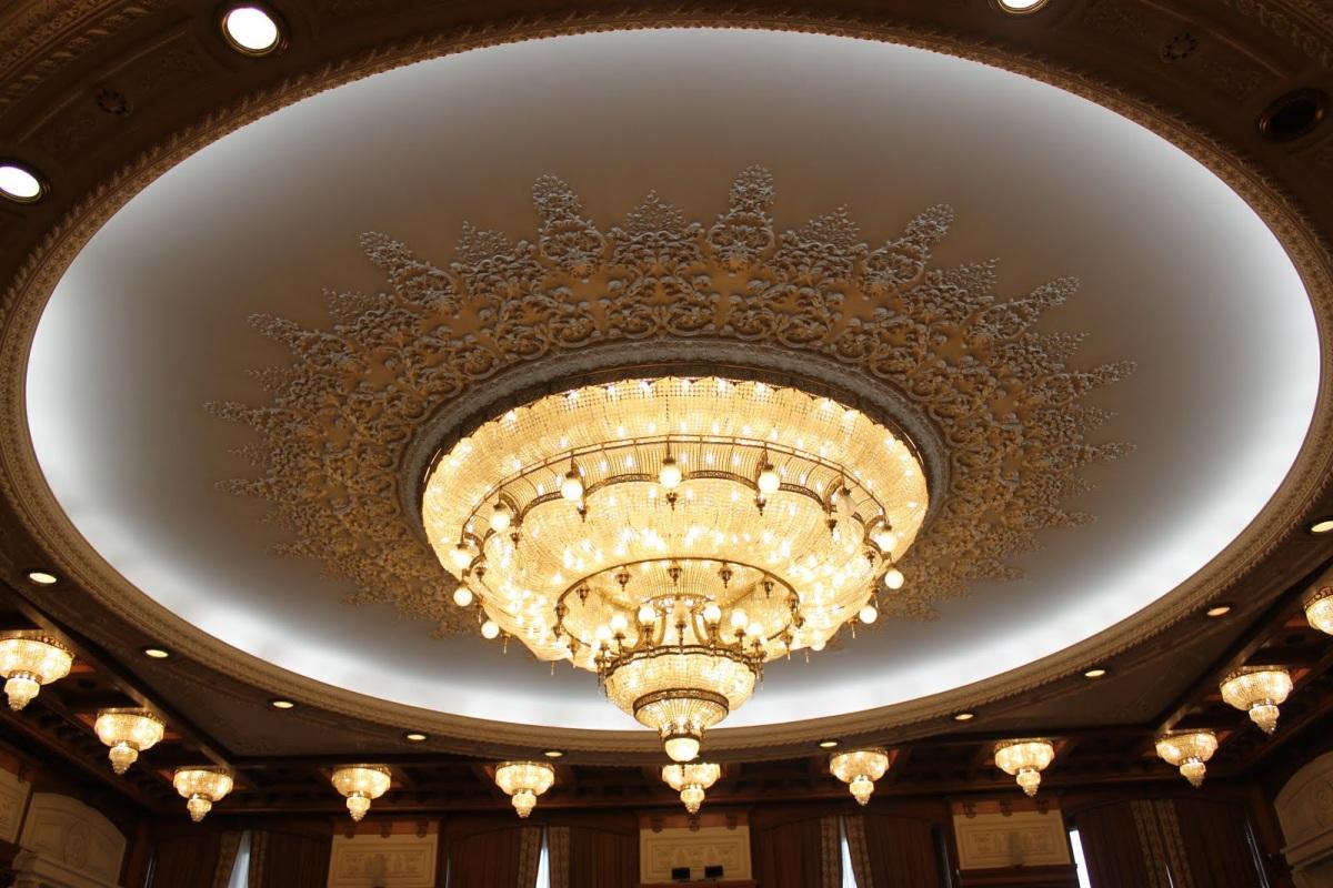 Знаменитая люстра дворца Парламента весом в 1.5 тонны.JPG
