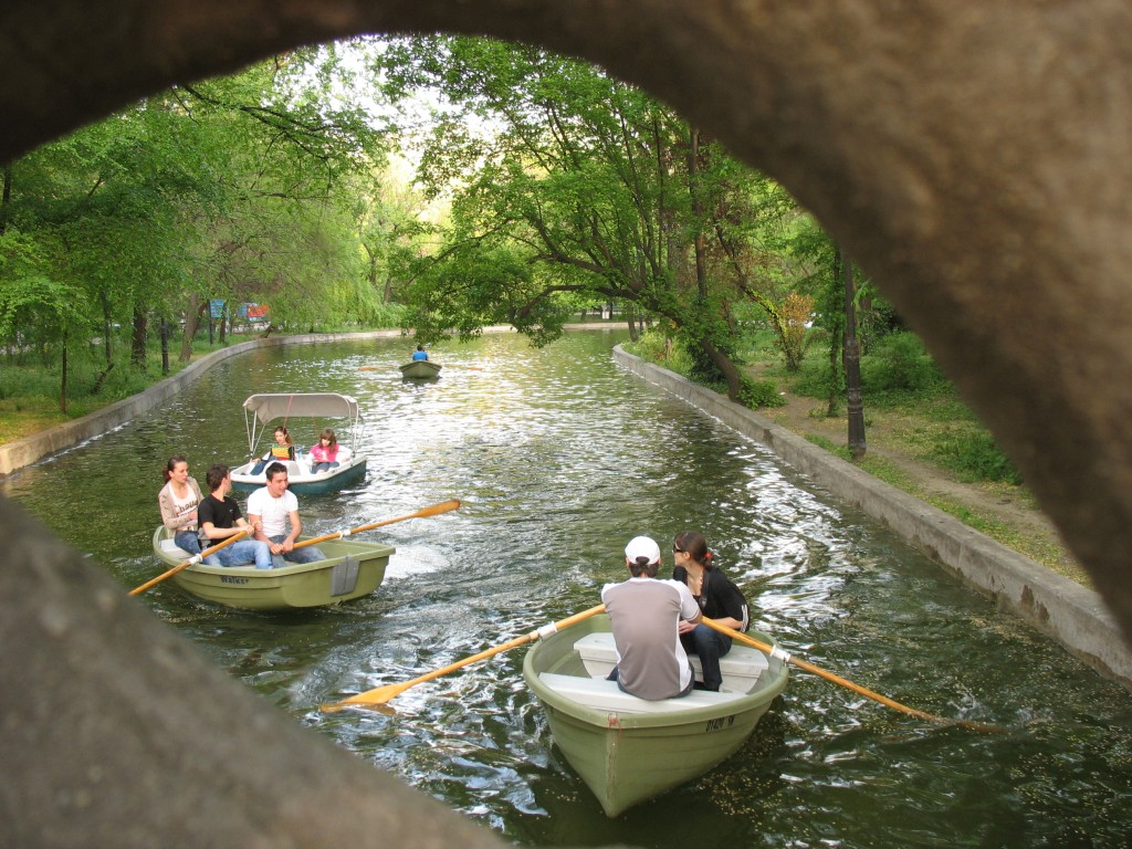 В саду Чишми можно взять на прокат лодку.jpg